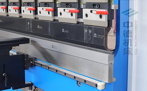 ZDPK-6325标配高精度模具快夹,换模速度快5倍,加高型模托是门业制造专业配置.jpg